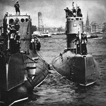 """Okręty podwodne ORP """"Sęp"""" i ORP """"Bielik"""" z wizytą w Rostocku w 1968 roku. Dowódcą """"Sępa"""" był przez pewien czas Henryk Pietraszkiewicz (fot. domena publiczna)"""