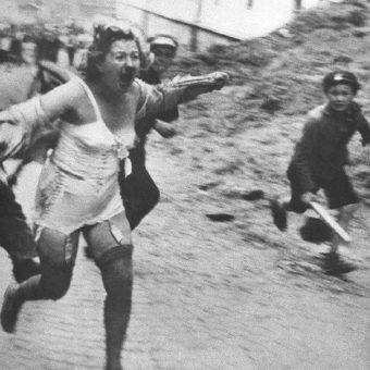 Jedna z ofiar pogromu ścigana przez tłum.
