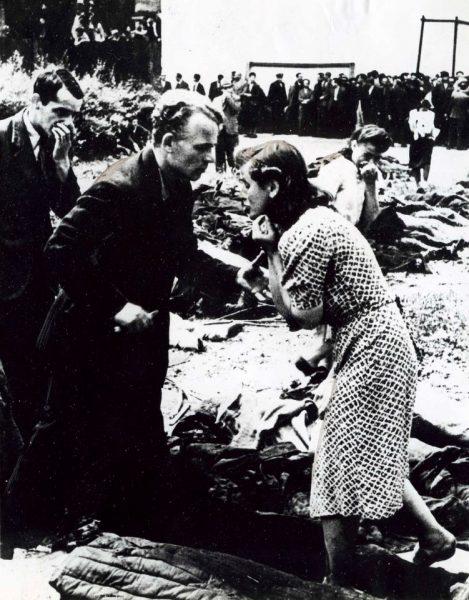 Rodziny ofiar zamordowanych przez NKWD nad ciałami bliskich.