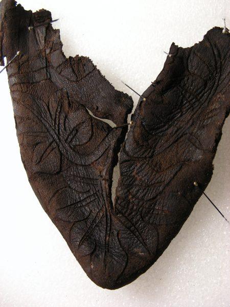 Nie wiadomo, jaki kolor miał bucik w XIV wieku, świetnie zachowały się natomiast zdobienia na skórze.