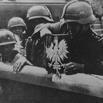 Żołnierze niemieccy zrywający godło państwowe, wrzesień 1939 (fot. domena publiczna)