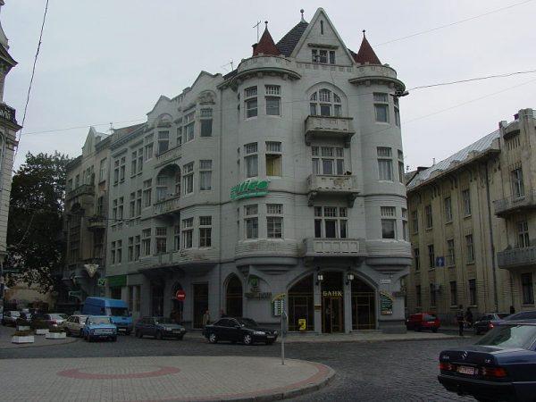 """Budynek, w którym przed II wojną światową mieściła się kawiarnia """"Szkocka""""."""