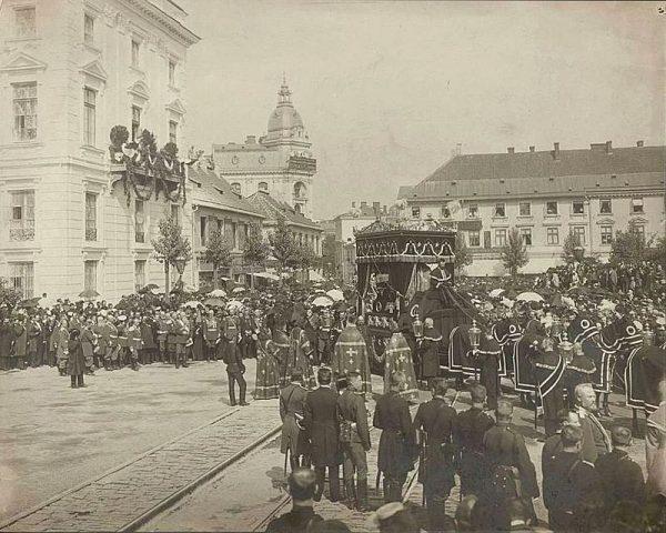 Choć warszawiacy oskarżali Starynkiewicza o niegospodarność i działanie na szkodę miasta, na jego pogrzebie w sierpniu 1902 roku stawiły się tłumy.