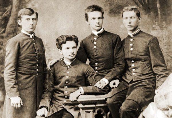 W działalność rewolucyjną wciągnął Józefa (trzeci z lewej) jego brat Bronisław (drugi z lewej).