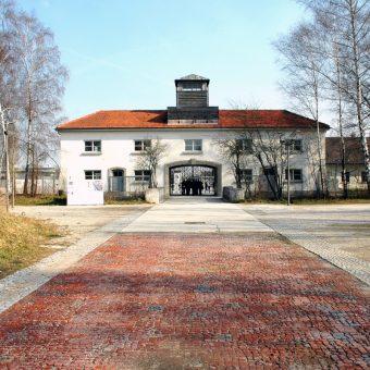Dachau, budynek z bramą wejściową do obozu (fot. Guido Radig, lic. CC BY-SA 3.0)