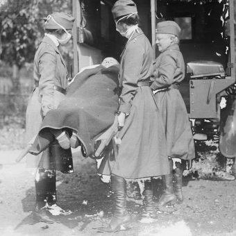 Gdyby lekarze szybciej zorientowali się, że przypadki zgonów żołnierzy w 1916 roku były spowodowane grypą, mogliby zacząć program szczepień i zapobiec najpotężniejszej pandemii w najnowszej historii.