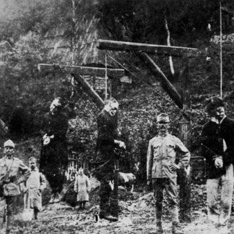 Tysiące Ukraińców trafiło do obozu koncentracyjnego Talerhof. Na zdjęciu egzekucje przeprowadzona przez austriackich strażników.