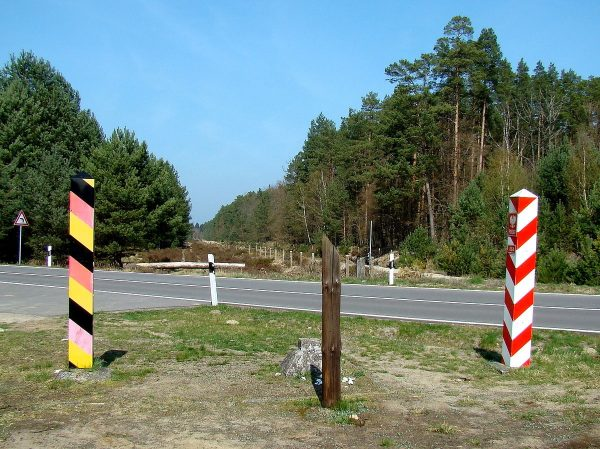 Granica państwowa polsko-niemiecka, znak graniczny nr. 864, okolice Dobieszczyna (fot. Mateusz War., lic. CCA SA 3.0)