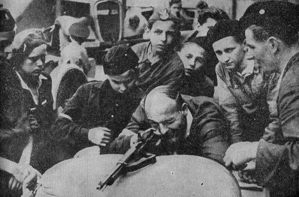 Wielu powstańców na długo przed wybuchem zrywu potrafiło obchodzić się z bronią. Najmłodszych trzeba jednak było nauczyć strzelania.