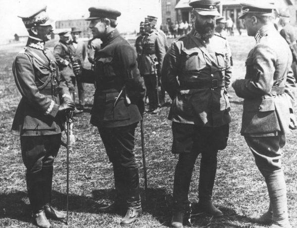 Generał Antoni Listowski (pierwszy z lewej) podczas rozmowy z atamanem Petlurą (drugi z lewej).