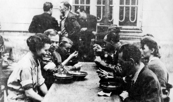 """Wielu powstańców przed godziną """"W"""" zjadło ostatni wspólny posiłek z rodziną. Później stół dzielili z kolegami z oddziału."""