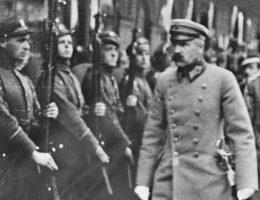 Wrogość Ukraińców w stosunku do Piłsudskiego nieustannie narastała od 1918 roku (na zdj. Piłsudski podczas przeglądu oddziałów w Mińsku w 1919 roku).