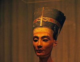 Popiersie Nefertiti (fot. Rüdiger Stehn, lic.CC BY-SA 2.0)
