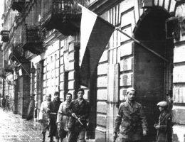 """Powstańcy tygodniami szykowali się do tego, by na ulicach Warszawy znów zawiesić polskie flagi. Szczególnie gorączkowe były ostatnie chwile przed godziną """"W""""."""