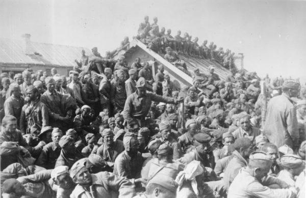 Niemcy wzięli do niewoli miliony czerwonoarmistów. Warunki w jakich ich przetrzymywali urągały ludzkiej godności.