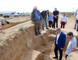 Szef obwodowej administracji Astrachania Siergiej Morozow ogląda znalezisko (fot. Ministerstwo Kultury i Turystyki Regionu Astrachań)