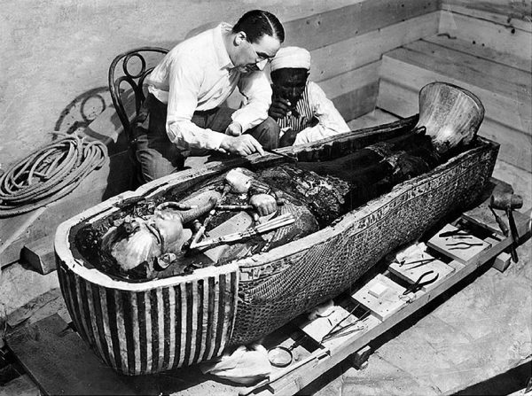 Odkrycie grobowca Tutanchamona przez Howarda Cartera w 1922 roku zapoczątkowało intensywne badania jego dynastii. Wielu zagadek do dziś nie udało się jednak rozwikłać.