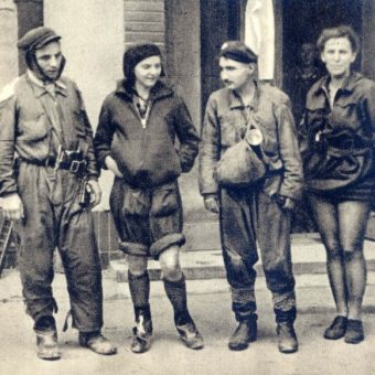 Grupa przewodników po kanałach po wyjściu na powierzchnię z włazu przy ul. Malczewskiego 6 na Mokotowie.