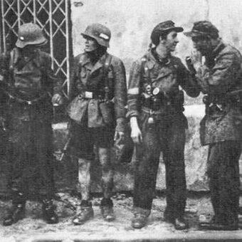 """Żołnierze batalionu """"Miotła"""" po ewakuacji kanałami do Śródmieścia."""