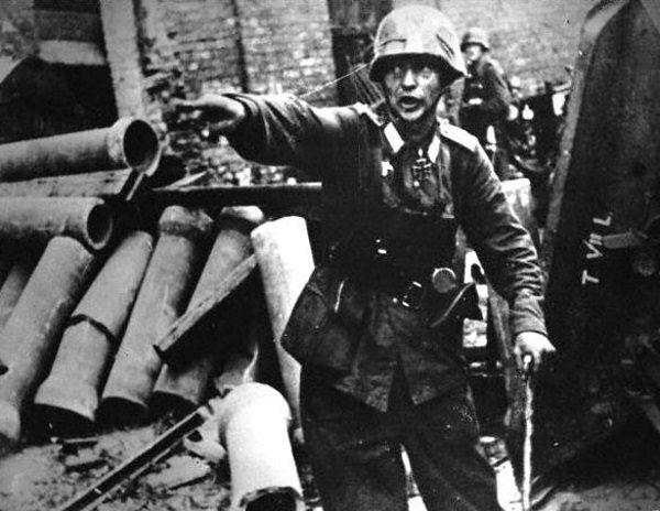 Niemiecki oficer kierujący walką w rejonie placu Teatralnego.