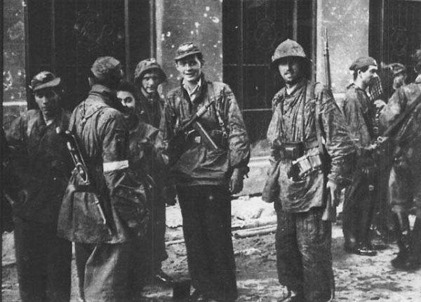 """Żołnierze Batalionu """"Zośka"""" nieopodal włazu kanałowego przy ul. Wareckiej."""
