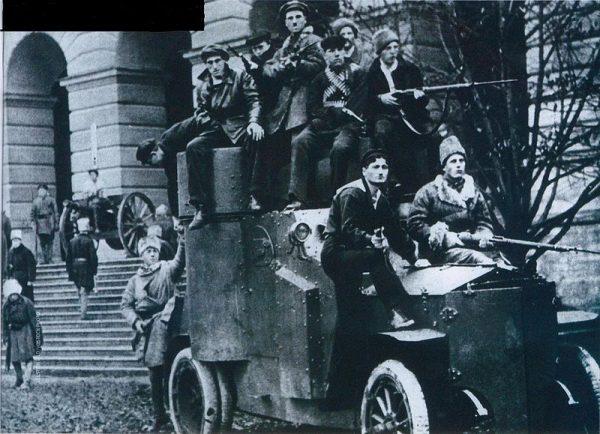 Polacy widzieli w rewolucji październikowej tylko kolejny etap głębszych przemian w Rosji.