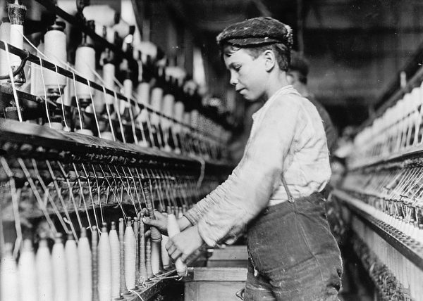 Dzieci z powodzeniem mogły wykonywać powtarzalne i łatwe do wyuczenia czynności. Zdjęcie z 1909 roku, Stany Zjednoczone.