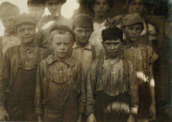 Mali chłopcy byli - przynajmniej zdaniem XIX-wiecznych Brytyjczyków - doskonałym materiałem na kominiarzy. Zdjęcie poglądowe.