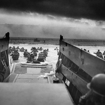 """To jedno z najsłynniejszych zdjęć II wojny światowej. Przedstawia żołnierzy lądujących 6 czerwca 1944 roku, w słynny D-Day, na normandzkiej plaży """"Omaha""""."""