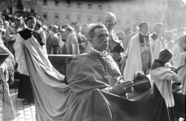 Papież Pius XII potępił zarówno faszyzm, jak i komunizm, wycofywał się jednak z lękiem, gdy trzeba było dać praktyczny wyraz tym poglądom.