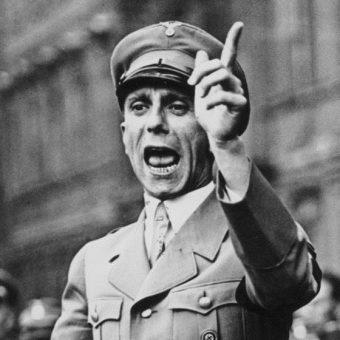 """""""Kościół katolicki trwa nadal - powiedział doktor Goebbels - ponieważ od dwóch tysięcy lat wciąż powtarza to samo. Partia narodowosocjalistyczna musi robić tak samo""""."""