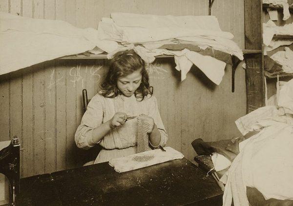 Dzieci pracujące poza fabryką chodziły do szkoły tylko dwa razy w tygodniu. Zdjęcie poglądowe.