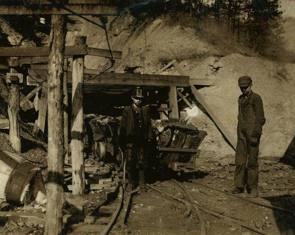 Jeszcze w XX wieku wśród pracowników kopalń zdarzali się nieletni. Zdjęcie poglądowe.