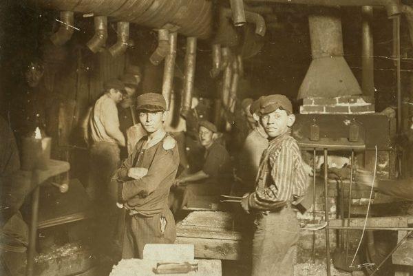Praca w fabrykach i zakładach wytwórczych niosła ze sobą groźbę wypadków i poważnych chorób. Zdjęcie poglądowe.
