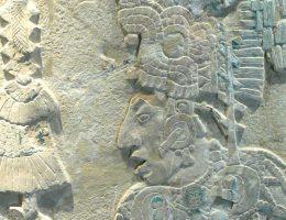 """Wizerunki na płaskorzeźbach i malowidłach sugerują, że wojownicy Majów często nosili """"dekorację"""" w postaci wisiorków z ludzkich czaszek."""