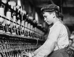 Dzieci w fabrykach wykonywały najróżniejsze zajęcia. Zdjęcie poglądowe.