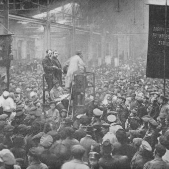 Bolszewicy zdobywali społeczne poparcie między innymi głosząc hasła antywojenne. Zdjęcie wykonano na wiecu politycznym w fabryce Putiłowa.