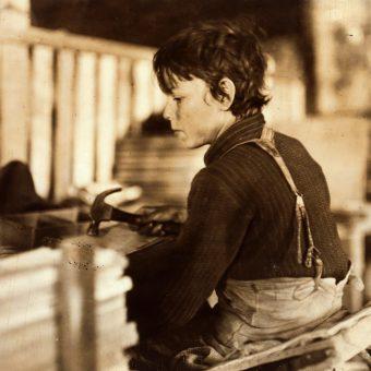 U progu rewolucji przemysłowej widok pracującego dziecka nie był niczym niezwykłym. Zdjęcie poglądowe.