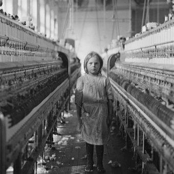 Najmłodsze dzieci często zatrudniano do czyszczenia urządzeń, których w czasie ich pracy nawet nie wyłączano. Prowadziło to do niezliczonych wypadków. Zdjęcie poglądowe.