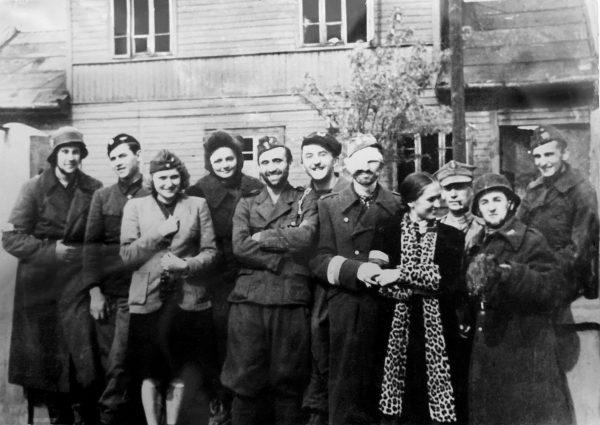 """Pierwszy miesiąc Powstania """"Maja"""" zapamiętała jako pasmo radości. Młodzi cieszyli się, że wreszcie mogą walczyć z okupantem. Zdjęcie z książki """"Powstańcy""""."""