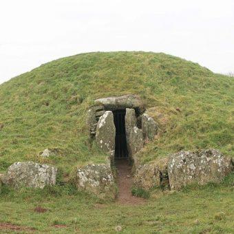 Kopiec pogrzebowy znaleziono 50 metrów od odkrytego 90 lat temu grobowca Bryn Celli Ddu (na zdj.).