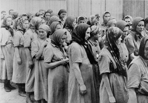 Żydówki w obozie Auschwitz Birkenau wyznaczone do pracy przymusowej.