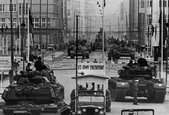 Zimnowojenny wyścig zbrojeń niemal doprowadził świat do katastrofy nuklearnej. Na zdj. amerykańskie i radzieckie czołgi pilnujące jednego z przejść granicznych w Berlinie.