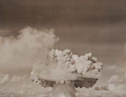 Testy atomowe, takie jak ten na Atolu Bikini, pogłębiały tylko atmosferę strachu i paranoi.