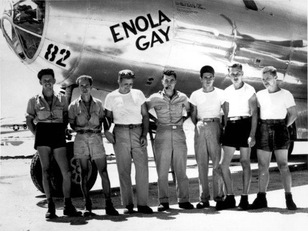 """Załoga (niekompletna) bombowca B-29 Superfortress """"Enola Gay"""", który zrzucił """"Little Boya""""."""
