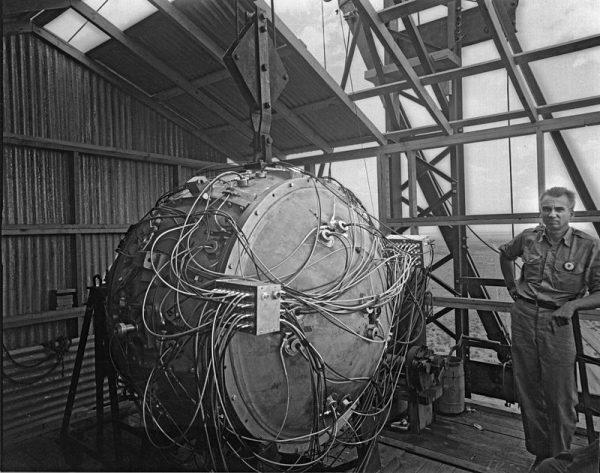 """Częściowo złożony """"gadżet"""" – czyli urządzenie do przetestowania bomby."""