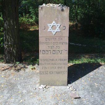 Grób ofiar pogromu na kieleckim cmentarzu żydowskim.