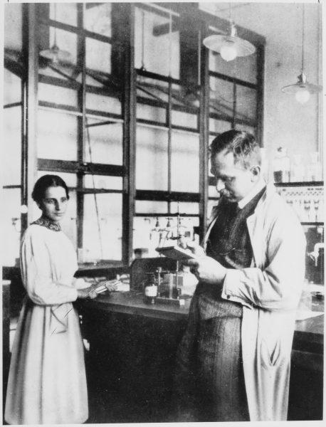 Lise Meitner (na zdj. z Otto Hahnem) była jedną z niewielu osób ze świata nauki, która jednoznacznie odcięła się od prac nad bombą atomową.