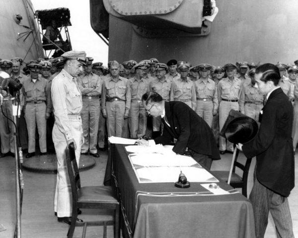 Japoński minister spraw zagranicznych Mamoru Shigemitsu podpisuje akt bezwarunkowej kapitulacji.