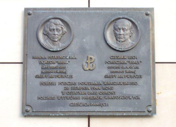 Doktor Petrynowską upamiętnia tablica umieszczona na gmachu Polskiej Wytwórni Papierów Wartościowych.
